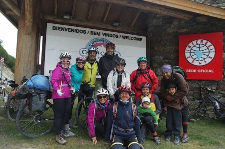 Com Christian Beiser, Ana Lia, Jorge Meji, Lucas Miller e as ciclistas de Ushuaia